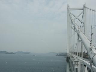 瀬戸大橋のすぐ近くを低空飛行してくるブルーインパルス