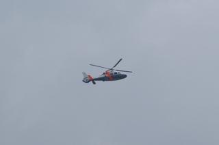 会場上空を低空旋回する報道関係のヘリコプター