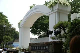 「ZARD/坂井泉水さんを偲ぶ会」会場の東京都青山葬儀所