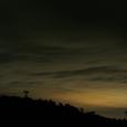 美星水路観測所のシルエットと空一面を覆う厚い雲